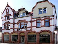 Das Haus Loeb mit Schaufenster in dem die Ausstellungen gezeigt werden.