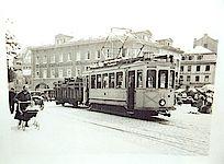 Ein Schwarz-Weiß Bild der Linie 9, welche damals noch mit einem Transportanhänger für sperrige Güter versehen war.