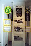 Schwarz-Weiß Bilder von der Dampfbahn und Haltestellenschilder.