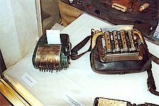 Ein Geldwechsler und Fahrscheindrucker, die vor gar nicht allzu langer Zeit noch in Gebrauch waren.