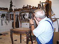 Ernst Ludwig Müller bei der Reparatur einer Rückenlehne von einem Stuhl aus den 50er Jahren.