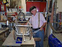 Heinrich Humber bei der Auswahl des passenden Materials zur Reparatur eines Handkarrens