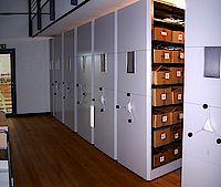 Rollregalanlage im Magazinraum, hier werden die Dokumente und Fotos langfristig gesichert.