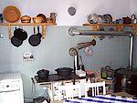 Innenansicht der Küche mit Herd un Regalen
