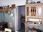 Innenansicht der Küche mit Schrank und Regalen