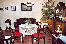 Wohnstube zu Heiligabend mit Tannenbaum vor den Bombenangriffen.