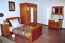 Ein Schlafzimmer aus Holz mit Kleiderschrank Nachttisch und damals üblichen Nachttopf.