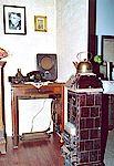 Die damalige Kommunikationsecke mit Telefon und Radioempfänger.