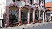 Im Schaufenster Groß-Gerauer-Straße 18-22 finden die wechselnden Ausstellungen statt.