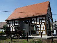 Außenansicht der Kulturscheune Stoikeneschd (Storchennest) mit seinem Fachwerk