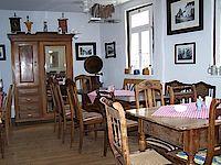 Innenansicht des Lokals, Schrank mit Stühlen