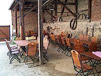 Die Remise mit Ihrem Fachwerk bietet bei Veranstaltungen angenehme Sitzmöglichkeiten